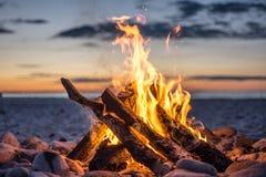 Fuego en la playa Fotos de archivo libres de regalías
