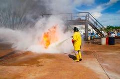 Fuego en las enseñanzas del ministerio de situaciones de emergencia Foto de archivo