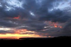 Fuego en las nubes Puesta del sol del estuario Imagen de archivo libre de regalías