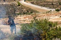 Fuego en un campo palestino por la pared de la separación Fotos de archivo