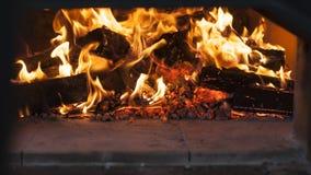 Fuego en un horno ardiente de madera Foto de archivo
