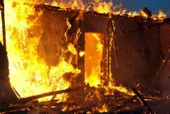 Fuego en una casa abandonada Foto de archivo libre de regalías