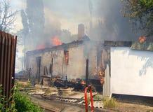 Fuego en una casa abandonada Fotos de archivo libres de regalías