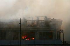 Fuego en una casa de madera Fotografía de archivo