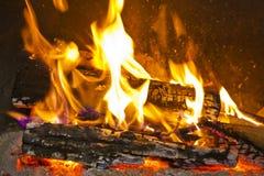 Fuego en una chimenea Fotos de archivo libres de regalías