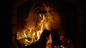 Fuego en una chimenea Cámara lenta almacen de metraje de vídeo