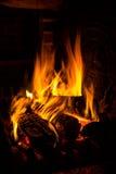 Fuego en una chimenea Imagen de archivo libre de regalías