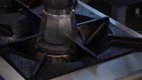Fuego en una estufa encendida almacen de video