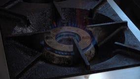 Fuego en una estufa encendida metrajes