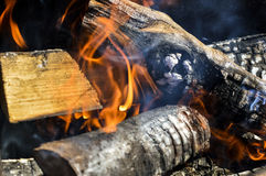 Fuego entre la leña Foto de archivo