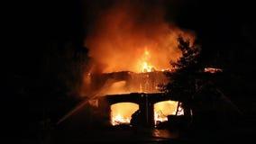 Fuego espectacular de la casa almacen de video