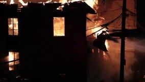 Fuego espectacular de la casa almacen de metraje de vídeo