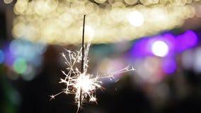 Fuego festivo de Bengala que chispea brillantemente, creando buen humor, celebración del Año Nuevo metrajes