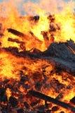Fuego grande con los troncos de árbol ardientes, hoguera Imágenes de archivo libres de regalías