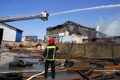 Fuego grande en fábrica de productos químicos Imágenes de archivo libres de regalías