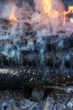 Fuego, humo y carbones Fotos de archivo