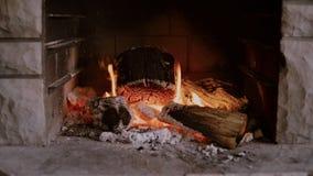 Fuego lentamente ardiente en chimenea almacen de video