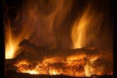 Fuego Madera ardiente en la chimenea Fuego brillante Foto de archivo libre de regalías