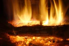 Fuego Madera ardiente en la chimenea Vista lateral Fotos de archivo libres de regalías