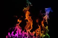 Fuego multicolor en un fondo negro. imagen de archivo