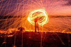 Fuego Poi en la puesta del sol en el lago Foto de archivo libre de regalías
