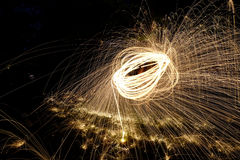 Fuego Poi, giro llameante de las lanas de acero Fotografía de archivo libre de regalías