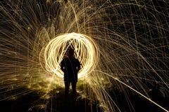 Fuego Poi, giro llameante de las lanas de acero Imagen de archivo libre de regalías