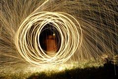 Fuego Poi, giro llameante de las lanas de acero Imagen de archivo