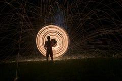 Fuego Poi, giro llameante de las lanas de acero Arte del fuego y de las chispas Fotografía de archivo libre de regalías