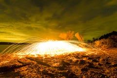 Fuego Poi/lana de acero de giro Imágenes de archivo libres de regalías