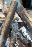 Fuego Primer de la pila de quema de madera con las llamas en la chimenea fotos de archivo
