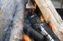 Fuego Primer de la pila de quema de madera con las llamas en la chimenea fotos de archivo libres de regalías