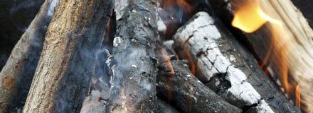 Fuego Primer de la pila de quema de madera con las llamas en la chimenea imagen de archivo libre de regalías