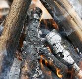 Fuego Primer de la pila de quema de madera con las llamas en la chimenea imagen de archivo