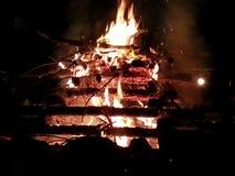 Fuego que acampa fotografía de archivo libre de regalías