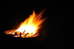 Fuego que acampa en noche Imagenes de archivo