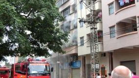 Fuego que lucha en un pequeño edificio almacen de video