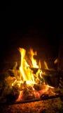Fuego que quema con las ascuas Imagen de archivo libre de regalías