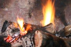 Fuego que quema en chimenea Fotos de archivo libres de regalías
