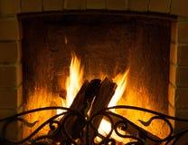 Fuego que quema en la chimenea Fotos de archivo libres de regalías