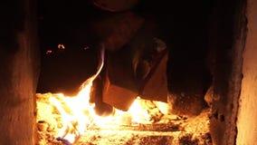 Fuego que quema en la chimenea Horno del campo almacen de metraje de vídeo
