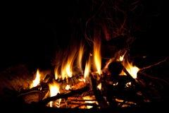 Fuego que quema en un hogar fotos de archivo