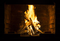 Fuego que quema en una barbacoa Fotos de archivo