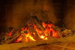 Fuego que quema en una chimenea Fotografía de archivo