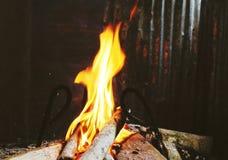 Fuego que quema en una chimenea Fotos de archivo libres de regalías