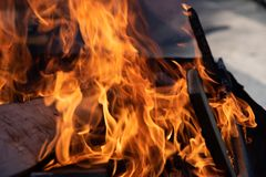 Fuego que quema en una parrilla foto de archivo libre de regalías