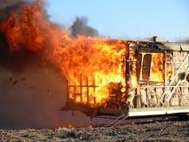 Fuego que quema una caravana Fotos de archivo libres de regalías