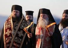 Fuego sagrado santo de los sacerdotes cristianos fotografía de archivo
