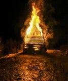 Fuego tradicional enorme grande Quema de brujas en una hoguera Imágenes de archivo libres de regalías