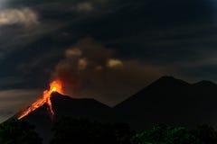 Fuego vulkan som får utbrott i Guatemala arkivbilder